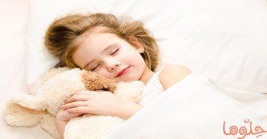 كيف أعود طفلي على النوم في سريره؟