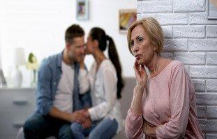 حل مشكلة تدخل الأهل بين الزوجين ووضع حدود لأهل الزوج والزوجة