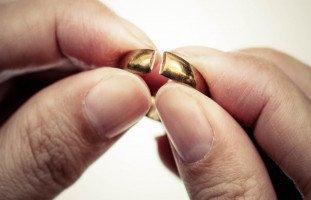 تطليق الزوجة في المنام وتفسير رؤية الطلاق في الحلم