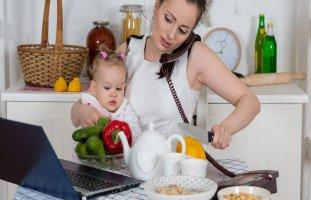 هل أنت أمٌّ مشغولة؟... إليكِ 8 أسرار لتنظيم وقت الأم المشغولة