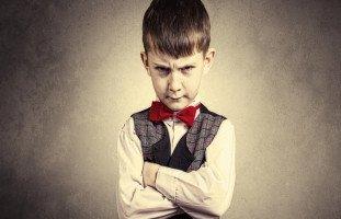 الطفل العنيد: ما هي أسباب العناد عند الأطفال؟ وكيف أتعامل مع طفلي العنيد؟