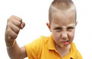 طفلك يضربك؟ كيف تتعامل معه؟