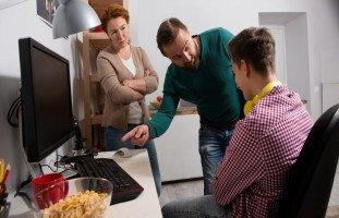 5 أخطاء يقع فيها الوالدان في تربية المراهقين
