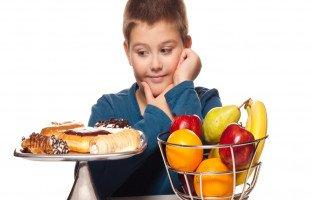 كيف تشجّع طفلك على الأكل الصحي؟
