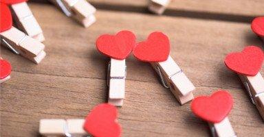 هل يعقل أن تحب شخص وتهتم بشخص آخر؟