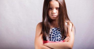 ابنتي تغار من اختها الصغيرة ما الحل؟