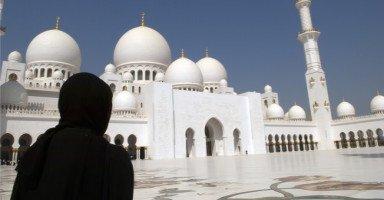 هل أطلب من إمام المسجد أن يبحث لي عن عريس؟