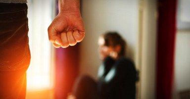 ضربت زوجتي لأنها قللت من احترامها لأمي