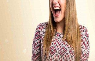 الجميع ينزعجوا من نبرة صوتي العالية فكيف أخفضها عند الحديث؟