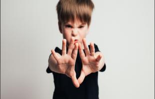 تصرفات ابني العنيفة تخيفني