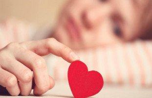هل أتبع قلبي العاشق أم عقلي الذي يحذرني