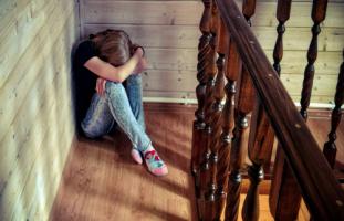 ابنتي المراهقة انطوائية وخجولة فكيف أقوي شخصيتها؟