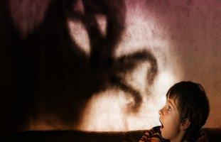 ابني يخاف من الغرباء فما الحل؟